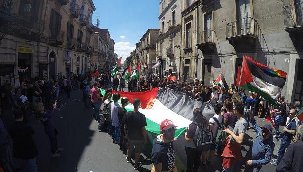Contestazione giro d'Italia Catania 8 maggio Israele Palestina
